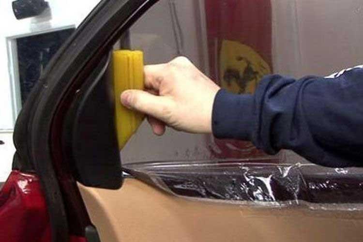 4 Tahap Proses Pemasangan Kaca Film Mobil